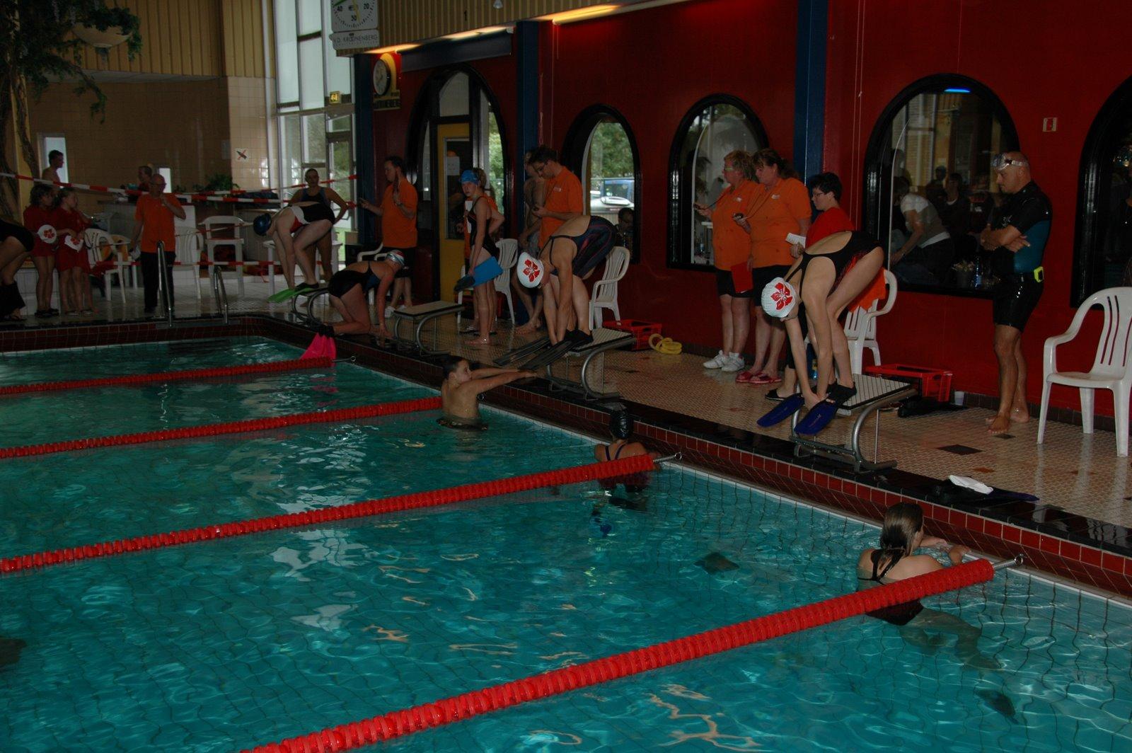 Start bij de 100m ringduiken met zwemvliezen.