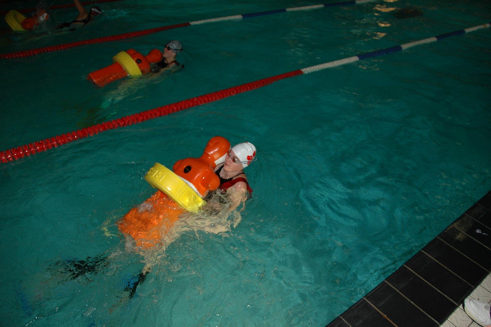 Enkele dames in actie op de 100m lifesaver.